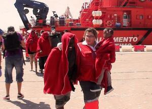 Voluntarios de Cruz Roja prestan la primera asistencia a las personas rescatadas.