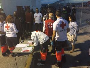 Un dispositivo de Cruz Roja esperaba a los inmigrantes en el Puerto de Motril.