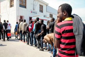 Los 34 inmigrantes llegados esta tarde esperan a ser atendidos por voluntarios de Cruz Roja.