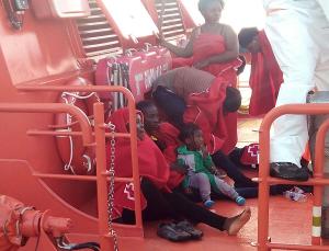 Dos mujeres embarazadas y una niña, entre las ocupantes de la patera.