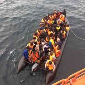 Imagen de la embarcación con 51 inmigrantes rescatada este lunes.