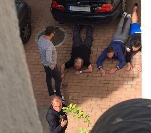 Varios de los detenidos, inmovilizados por los agentes.