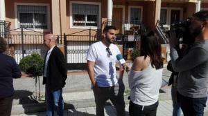 Ismael, uno de los hijos que actúa de portavoz, atiende a los medios.
