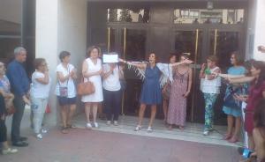 Juana Rivas celebra su salida del juzgado en libertad, con el auto en la mano.