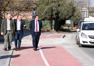 Responsables de Diputación y Cúllar Vega recorren el tramo de carril bici.