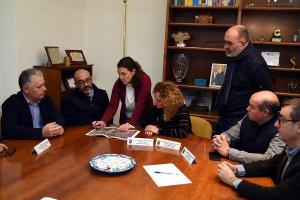 El diputado provincial de Obras (izqda.) en su visita al Ayuntamiento de Albolote.