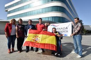 Los tres deportistas, con la bandera española y la de Granada Paralímpica.