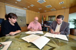 Momento de la firma del convenio con la Asociación Granadina de Amistad con la RASD.