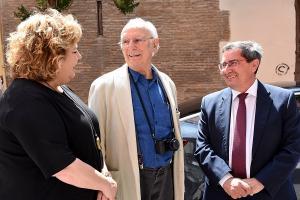 Carlos Saura con José Entrena y Fátima Gómez, este viernes en Granada.