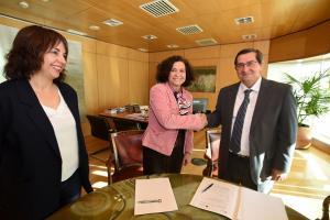 Pilar Aranda y José Entrena se dan la mano en presencia de Olvido de la Rosa.