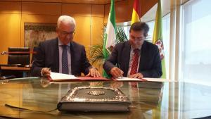 Jiménez Barrios y Entrena han firmado este viernes el convenio.