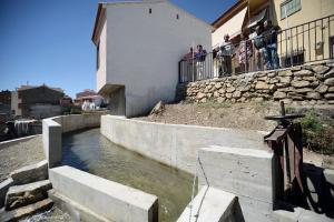 El agua de la rambla pasa ya encauzada a su paso por Fonelas.