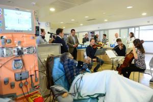 Concierto de música en la sala de hemodiálisis.