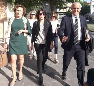 Juana Rivas, a su llegada a los juzgados acompañada por el abogado y Francisca Granados.