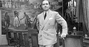 Julio Muñoz Ramonet posa en el salón de su palacio de la calle Muntaner, en los primeros años cuarenta.