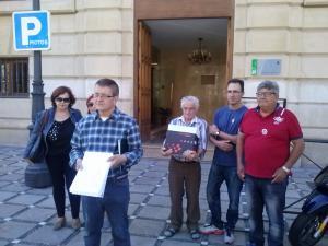 Momento de la entrega de firmas en los Jugados de Granada.