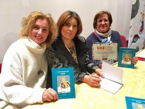 La autora presentó el libro arropada por la concejala de Cultura, la editora del libro y también su ilustradora.