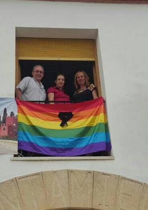 La bandera del arcoiris ondea en el Ayuntamiento de Láchar con crespón negro.