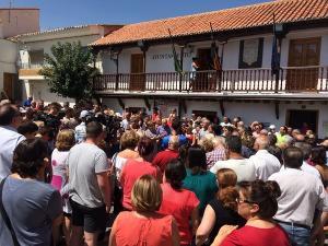 Multitudinaria concentración a las puertas del Ayuntamiento de Lanteira.