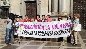 Representantes de La Volaera junto al Defensor de la Ciudadanía de Granada.