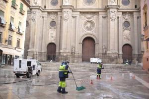 Operarios de Inagra limpiando las pintadas.