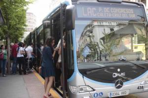 Usuarios suben a un autobús de la LAC.