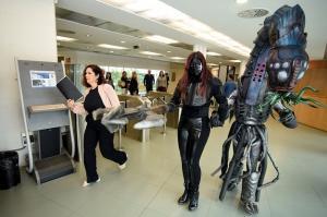 Los alielígenas se pasearon por la Diputación para presentar el 'Lovecraft World'.
