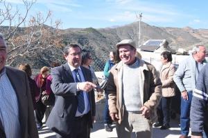 Vecinos de Los Díaz celebran con Entrena la llegada del suministro eléctrico.