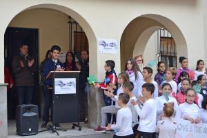 Alumnos y alumnas del IES Clara Campoamor leen el manifiesto.