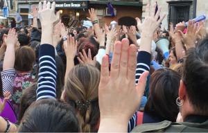 Detalle de la multitudinaria concentración de este jueves contra la sentencia de La Manada.