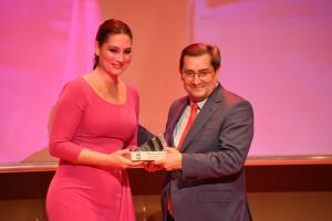 Marina Heredia recibe la distinción de manos del presidente de la Diputación.