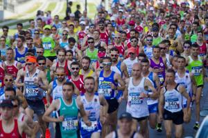 Casi 4.000 deportistas convierten a Granada en una marea atlética.