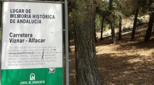 Cartel que señala como Lugar de Memoria Histórica la carretera entre Víznar y Alfacar.