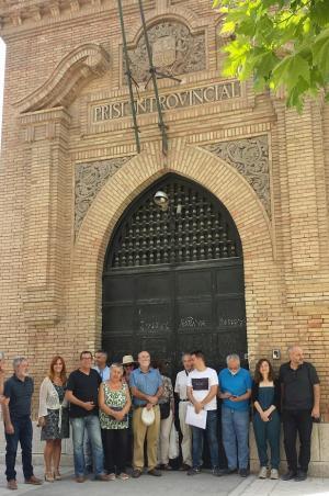 Representantes de los colectivos memorialistas, este martes en la antigua puerta de la prisión provincial.