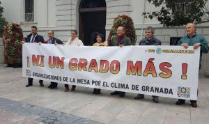 Integrantes de la Mesa por el Clima muestran una pancarta reivindicativa.