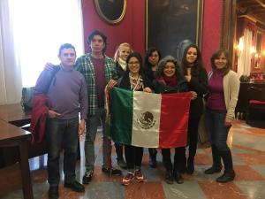 Jemi Sánchez, con estudiantes mexicanos residentes en Granada.