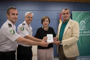 La delegada de la Junta con los responsables de la Policía Autonómica y el presidente del Colegio de Veterinarios.