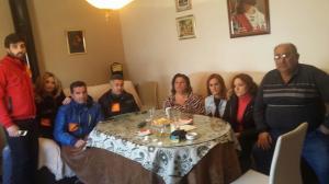 Miembros de IU junto a la familia pendiente del desahucio en Deifontes.
