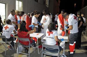 Atención del voluntariado de Cruz Roja a un grupo de migrantes rescatados en septiembre.