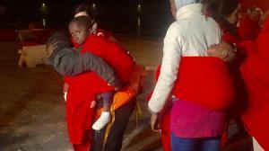 Entre las personas rescatadas hay varios menores.