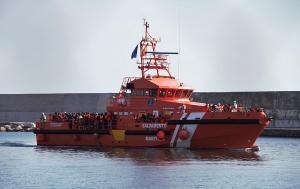 Imagen de archivo de una embarcación de Salvamento Marítimo llegando al Puerto de Motril.