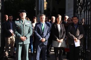 Foto del minuto de silencio a las puertas de la Subdelegación del Gobierno en Granada.