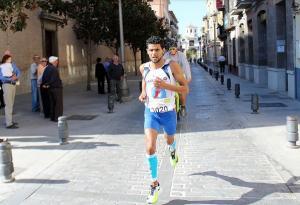 Mohammed Blal, ganador de la prueba, por el centro de Santa Fe.