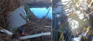 Botellas, escombros y espuma en el agua de la laguna de Padul.