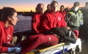 Voluntariado de Cruz Roja atiende a la mujer tras desembarcar en el Puerto.