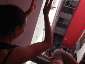Nati saluda a los solidarios que le han apoyado, nada más conocer la suspensión del desahucio.