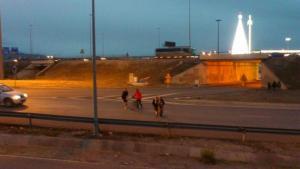 Peatones y ciclistas cruzando la peligrosa rotonda entre el PTS y el Nevada.