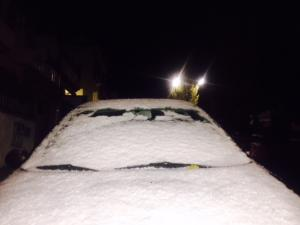El manto blanco ha cubierto vehículos estacionados.
