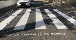 No a la violencia de género, se puede leer en este paso para peatones.