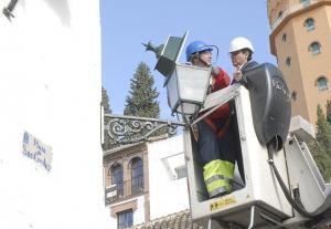 El alcalde supervisa la colocación de las nuevas lámparas.